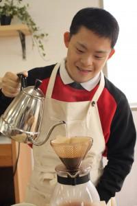 コーヒー淹れるコウスケさん